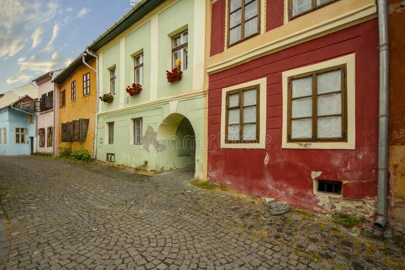 Rua da cidade de Sighisoara, a Transilvânia, Romênia fotos de stock royalty free