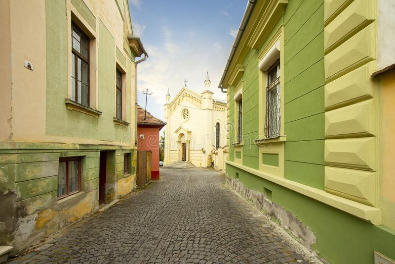 Rua da cidade de Sighisoara, a Transilvânia, Romênia imagem de stock royalty free