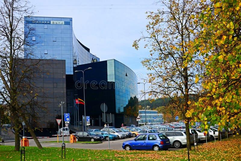 Rua da cidade de Vilnius, carros e opinião de Danske Bank fotos de stock