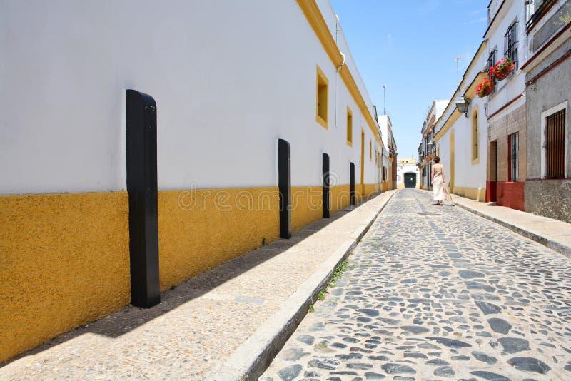 Rua da cidade espanhola pequena de Jerez de la Franco fotografia de stock royalty free