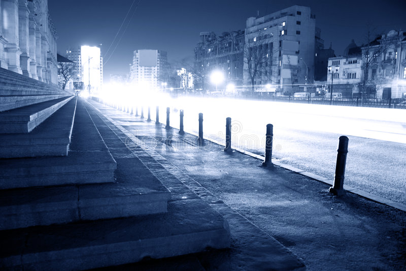 Rua da cidade na noite imagens de stock