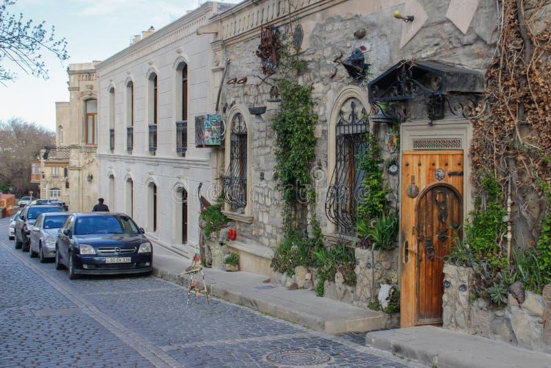 Rua da cidade velha da capital de Baku com casas de pedra, as ruas estreitas e os carros foto de stock royalty free