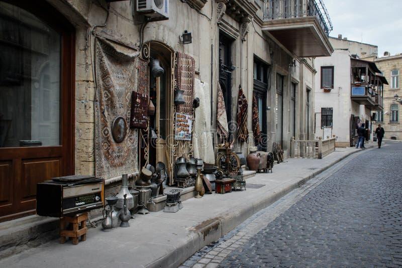 Rua da cidade velha da capital de Baku com casas de pedra e as ruas estreitas fotografia de stock