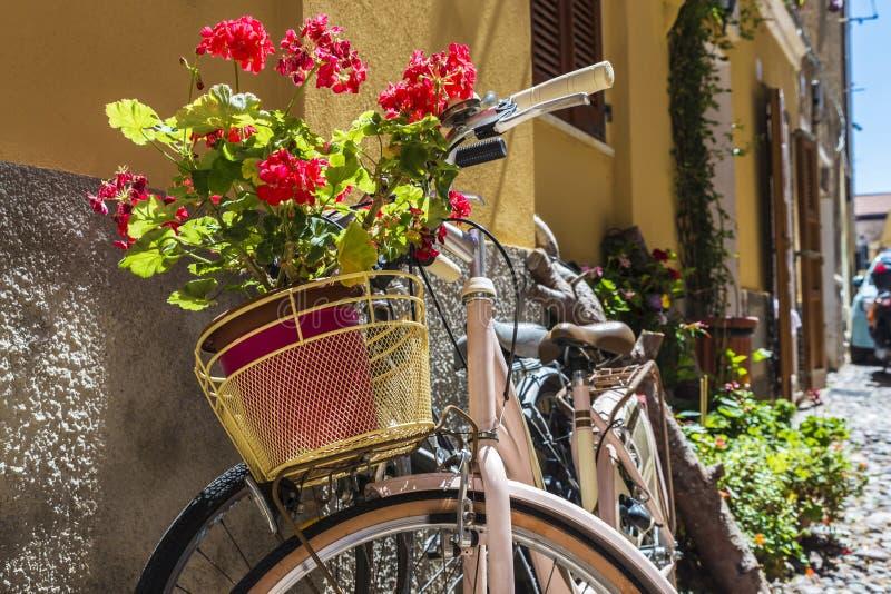 Rua da cidade velha de Alghero, Sardinia, Itália fotografia de stock