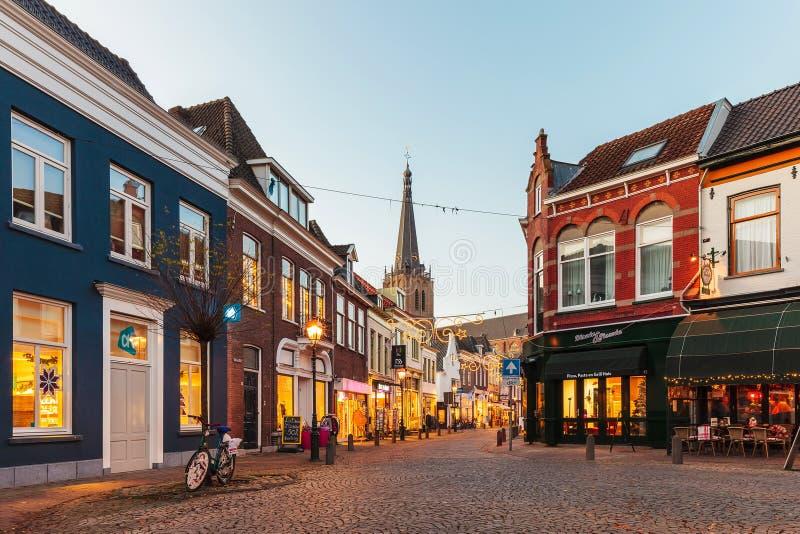 Rua da compra com a decoração do Natal na cidade holandesa de D imagem de stock