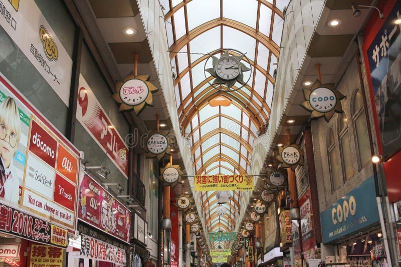 Rua da compra com os turistas em Nakano foto de stock