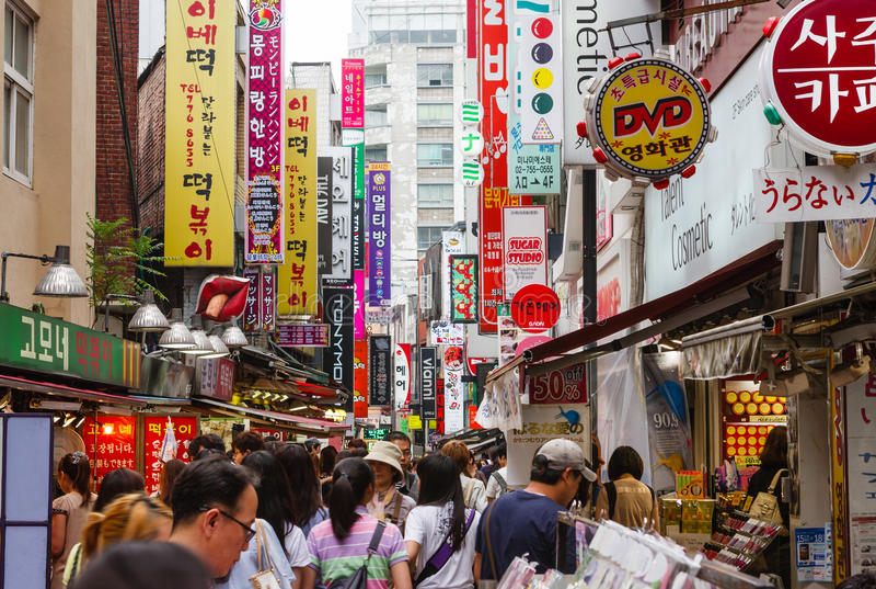 Rua da compra em Seoul, Coreia do Sul imagens de stock