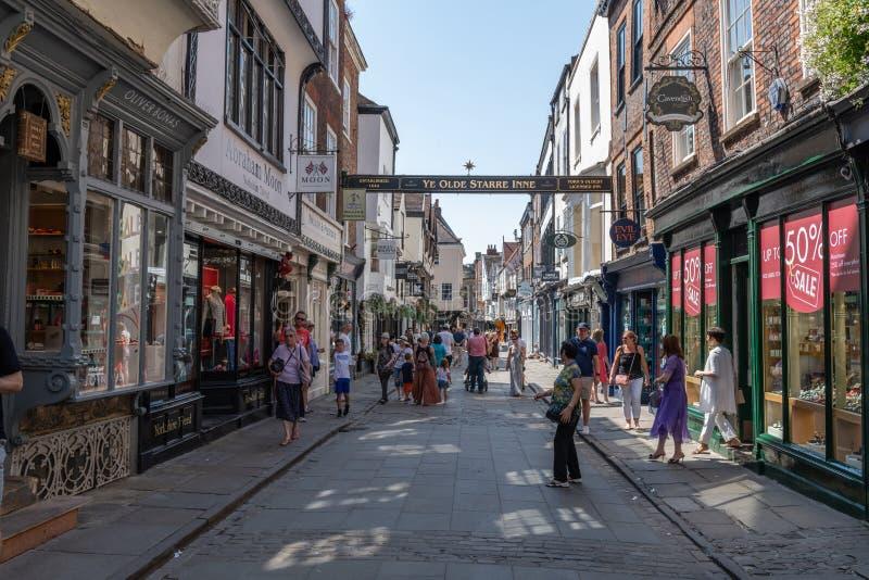 Rua da compra em York, Inglaterra, Reino Unido fotos de stock