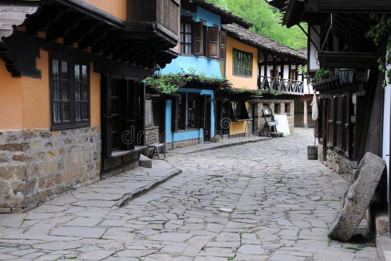 Rua da compra na vila de Etar imagens de stock