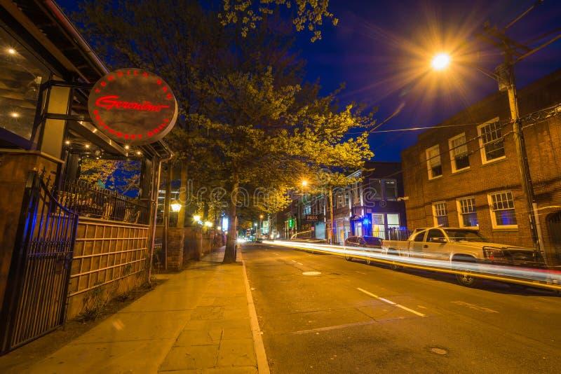 Rua da coroa na noite, em New Haven, Connecticut fotos de stock