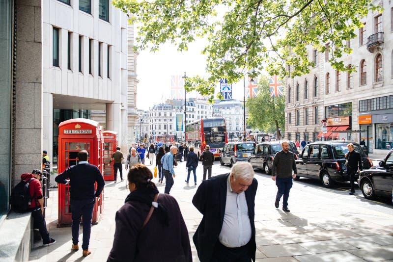 Rua da costa de Crowdy em Londres com centenas de passeio dos povos fotos de stock