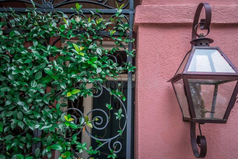 Rua da fileira do arco-íris no cenário e no hist de Charleston South Carolina imagem de stock