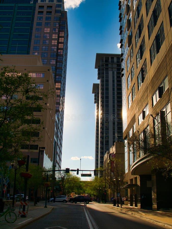 Rua da igreja no por do sol no coração da cidade imagens de stock