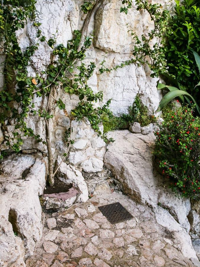 rua da montanha na cidade medieval Eze imagens de stock royalty free