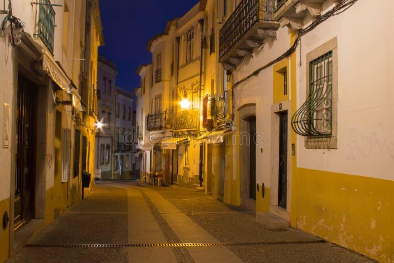 Rua da noite da cidade de Évora com luzes da lanterna e céu noturno azul foto de stock royalty free