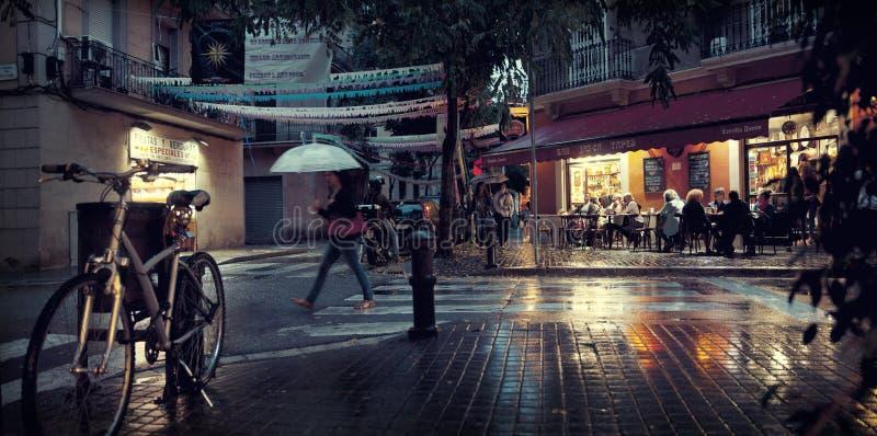 Rua da noite de Barcelona fotografia de stock