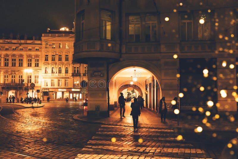 Rua da noite em uma cidade europeia fotos de stock