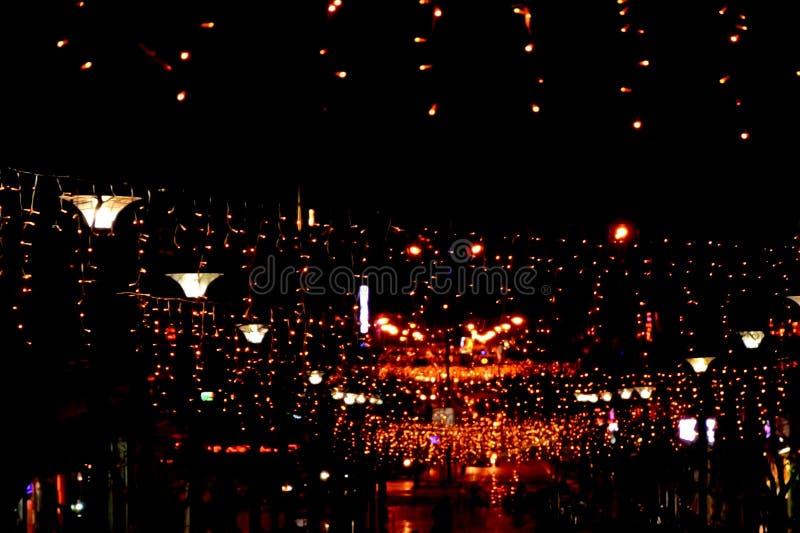 A rua da noite na cidade é decorada com uma festão luminosa Decoração festiva da cidade para o ano novo e o Natal fotografia de stock royalty free