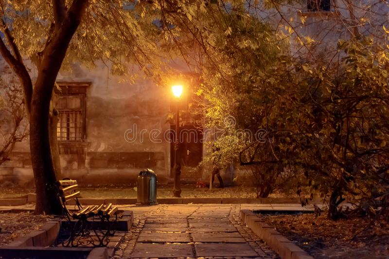 Rua da noite da paisagem do outono na chuva e na lanterna de incandescência imagem de stock