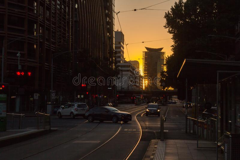 Rua da silhueta de Melbourne com trilhos do bonde imagem de stock royalty free