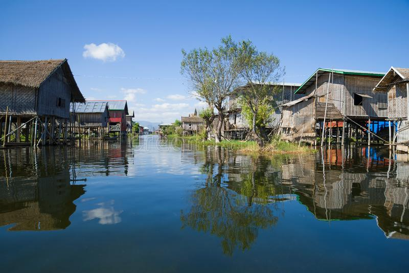 Rua da vila em uma aldeia piscatória no lago Inle myanmar imagem de stock royalty free