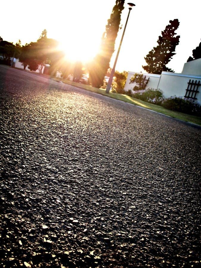 Rua da vizinhança no por do sol foto de stock royalty free