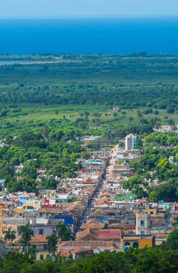 A rua das caraíbas colonial colorida negligencia com construção e a casa clássicas, Trinidad, Cuba, América foto de stock