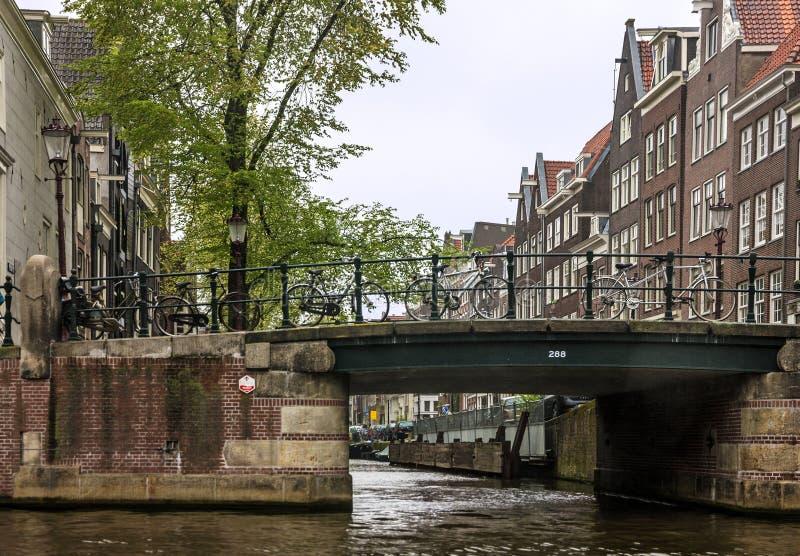 Rua de Amsterdão nos Países Baixos ponte na rua imagem de stock royalty free