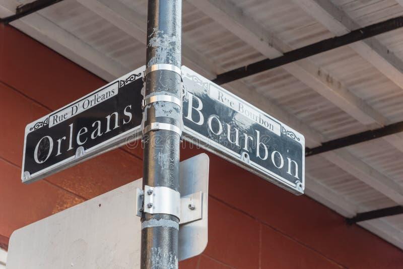 A rua de Bourbon assina dentro Nova Orleães, Louisiana, EUA imagem de stock