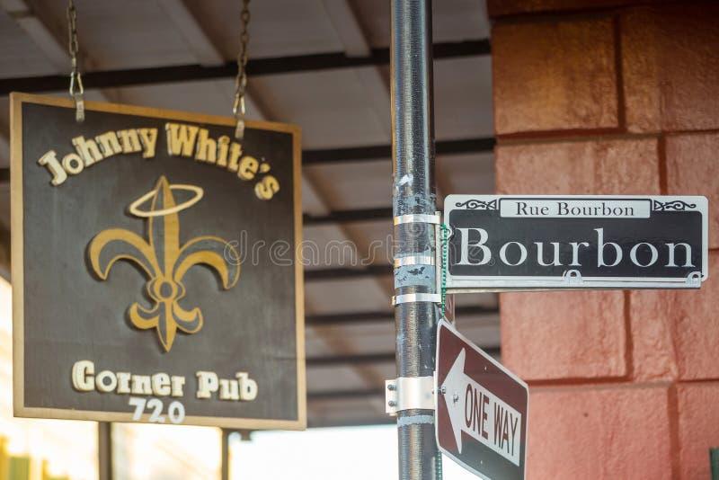 A rua de Bourbon assina dentro o bairro francês de Nova Orleães foto de stock