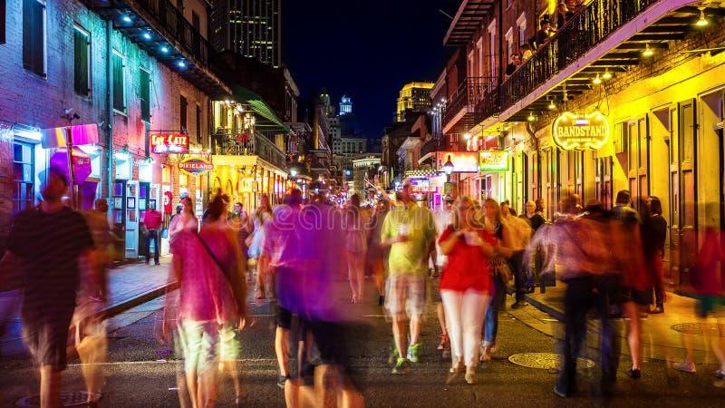 Rua de Bourbon na noite no bairro francês de Nova Orleães, Lo imagens de stock royalty free
