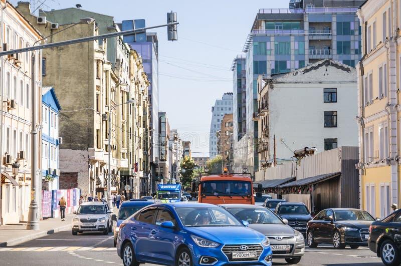 ?a rua de Brestskaya Trânsito intenso Moscovo, Rússia fotos de stock royalty free