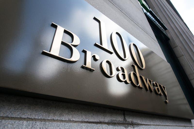 A rua de Broadway assina dentro New York imagens de stock royalty free