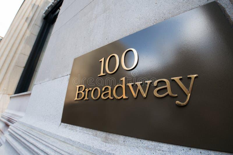 A rua de broadway assina dentro New York imagens de stock