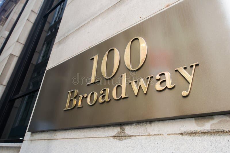 A rua de broadway assina dentro New York fotografia de stock royalty free