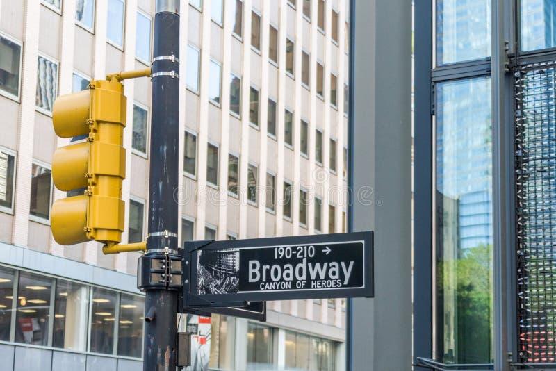 A rua de Broadway assina dentro New York City EUA imagem de stock