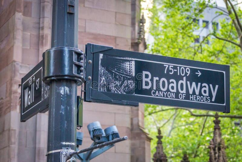 A rua de Broadway assina dentro New York City EUA foto de stock royalty free