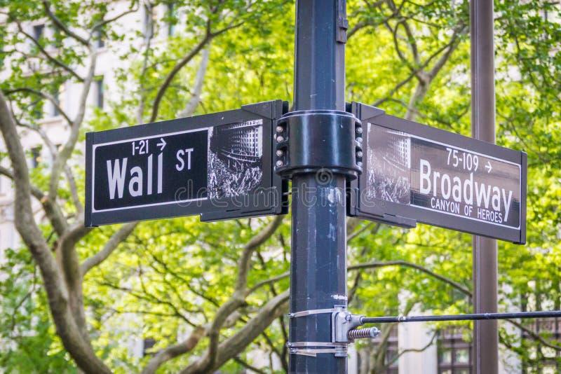 A rua de Broadway assina dentro New York City EUA fotos de stock royalty free