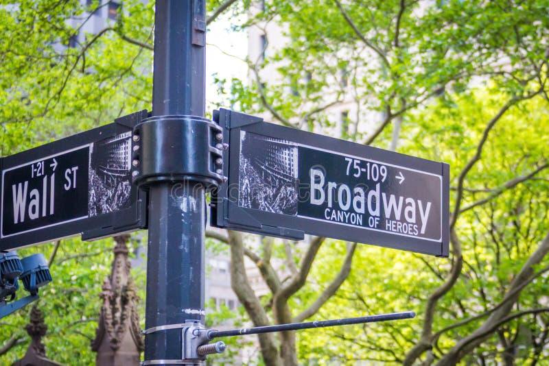 A rua de Broadway assina dentro New York City EUA fotografia de stock