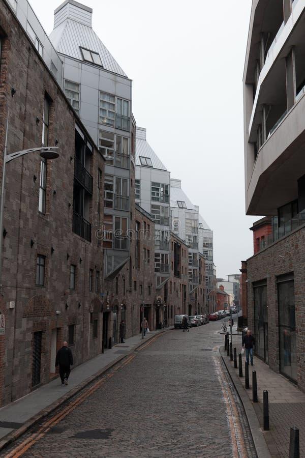Rua de Brunsvique perto de Jameson Distillery em Dublin fotos de stock royalty free