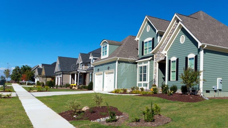 Rua de casas residenciais imagem de stock