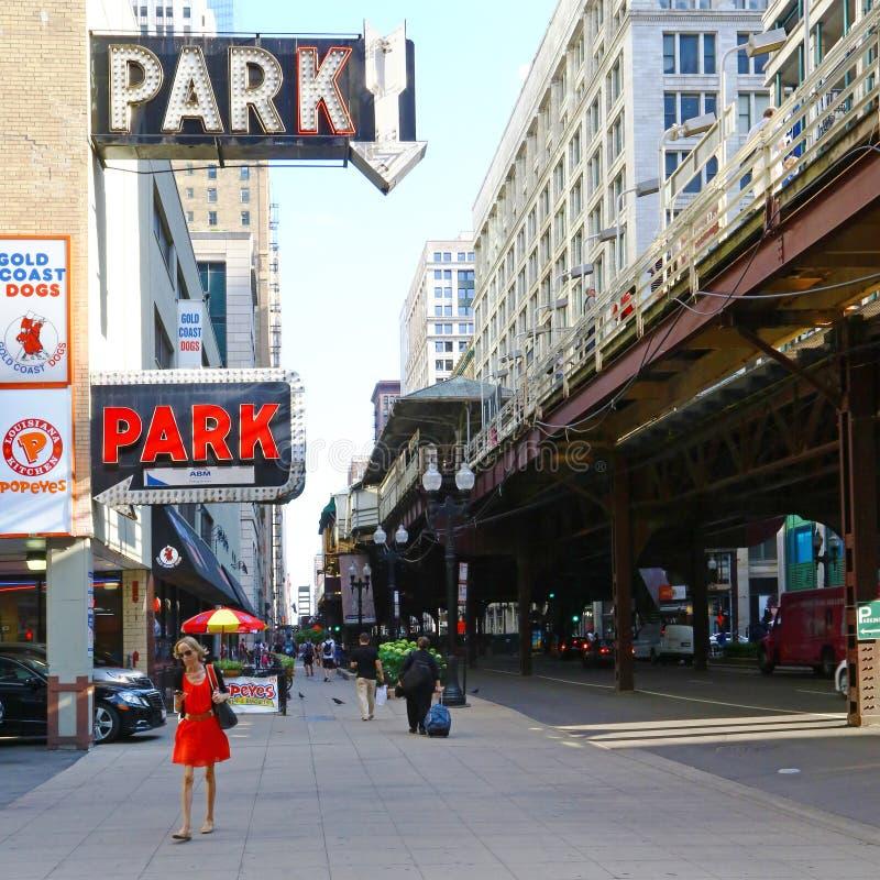 Rua de Chicago com estrada de ferro elevado imagem de stock