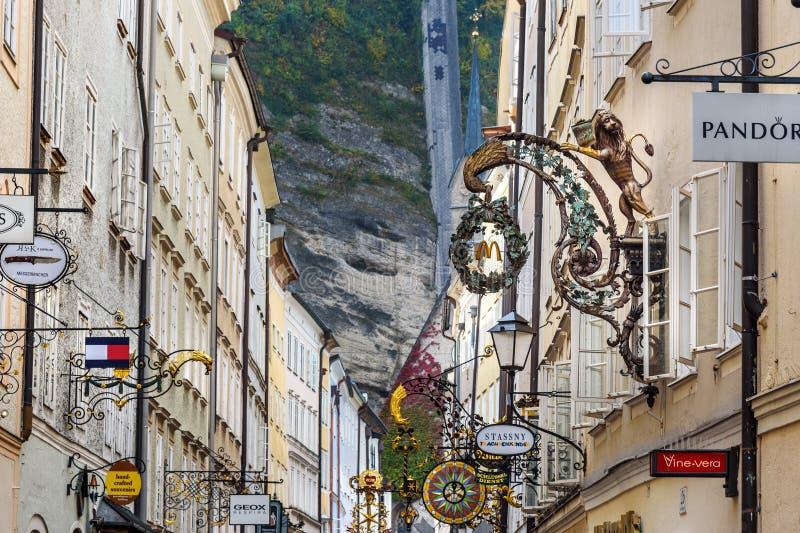 Rua de compra famosa Getreidegasse em Altstadt hist?rico ou na cidade velha de Salzburg ?ustria imagem de stock