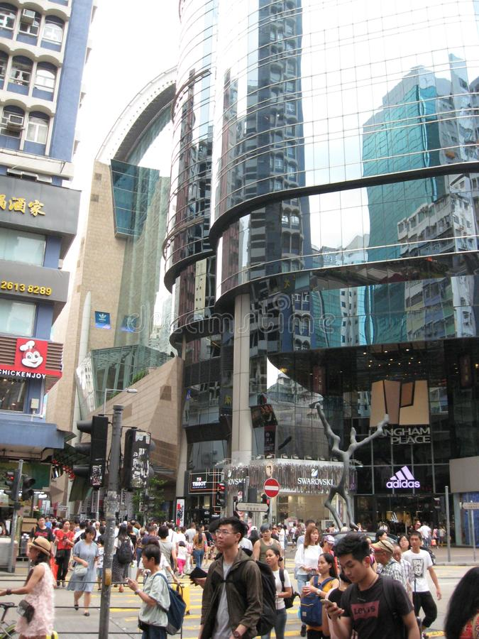 Rua de compra ocupada em Mong Kok, Hong Kong fotografia de stock royalty free