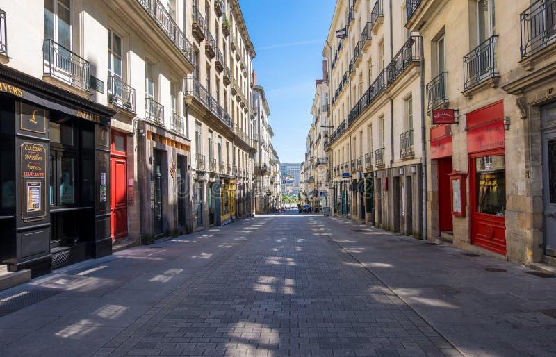 Rua de compra pedestre com as lojas luxuosas da forma na baixa de Nantes, França foto de stock royalty free