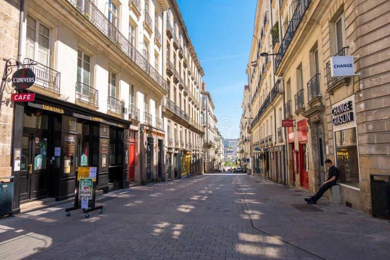 Rua de compra pedestre com as lojas luxuosas da forma na baixa de Nantes, França imagens de stock