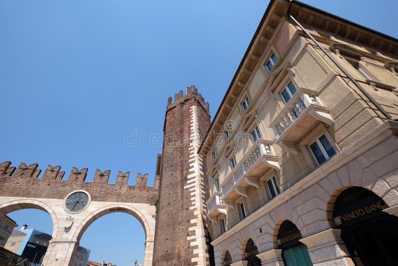 Rua de Corso Porta Nuova e sutiã medieval do della de Portoni das portas no sutiã da praça em Verona imagens de stock royalty free