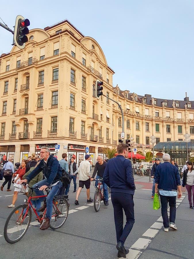 Rua de cruzamento dos povos a pé e bicicletas de montada a e de fotos de stock royalty free
