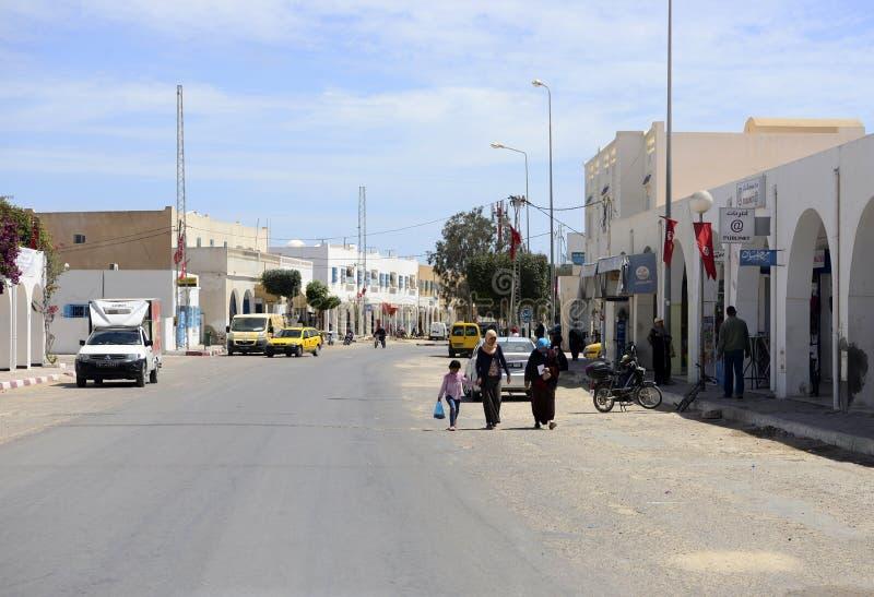 Rua de Djerba - mulheres tunisinas, vestidos tradicionais muçulmanos, Norte de África imagens de stock royalty free