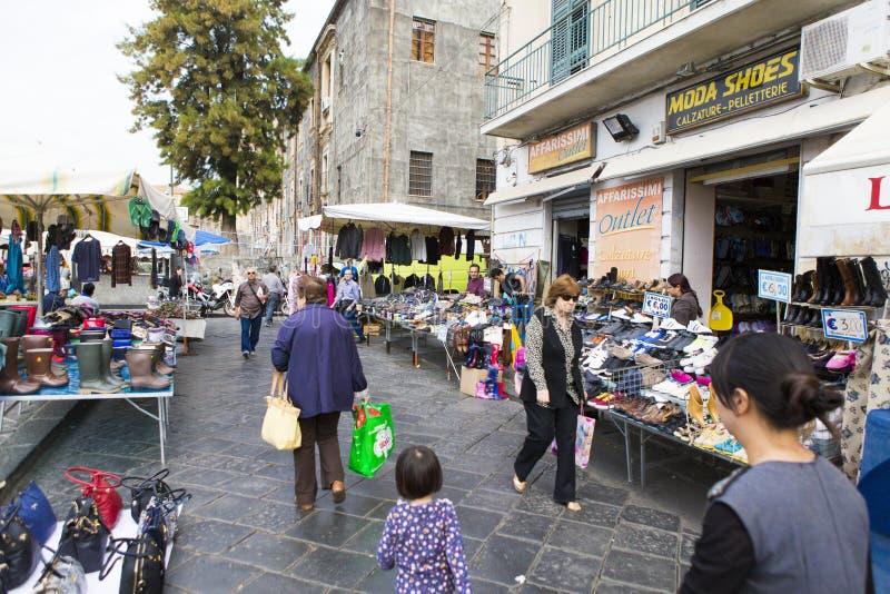 Rua de feira da ladra de Catania imagem de stock